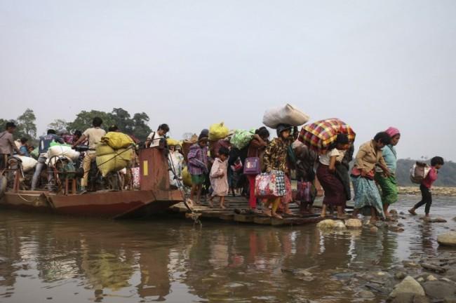 พม่ารวมตัวชุมนุมร้องช่วยชาวบ้านหลายพันชีวิตยังติดกลางสมรภูมิต่อสู้รัฐกะฉิ่น