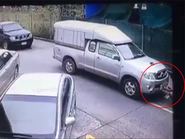 นาทีระทึก! กระบะต้องสงสัยซิ่งหนีตำรวจออกจากห้างชนดะรถกระบะและชาวบ้านเจ็บ 1 (ชมคลิป)