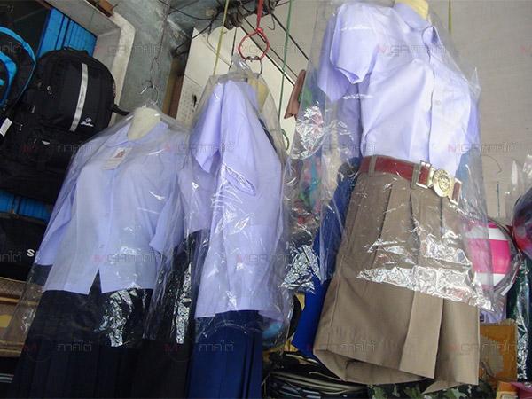ผู้ปกครองชาวเบตงต่างนำบุตรหลานเลือกซื้อชุดนักเรียนคึกคักรับเปิดเทอม