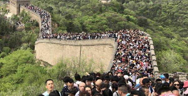 """การบริโภคจีนไปรุ่งแน่! """"คลื่นทะเลคน"""" ท่วมมิดกำแพงเมืองจีน (ชมภาพ)"""