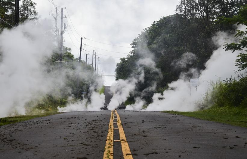 ไอน้ำที่ปะทุขึ้นมาจากรอยแยกบนผิวถนนในย่าน ไลลานี เอสเตตส์ บนเกาะบิ๊กไอแลนด์ของรัฐฮาวาย ระหว่างการปะทุครั้งใหญ่ของภูเขาไฟคิลาเว (Kilauea) เมื่อวันที่ 4 พ.ค.