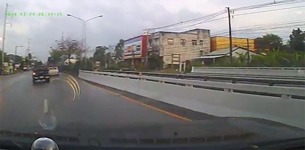 เผยคลิปกระบะยี่ห้อดัง 4 ประตู จู่ๆ บังคับพวงมาลัย-เหยียบเบรกไม่ได้ รถหมุนคว้างชนสะพานกลางถนน