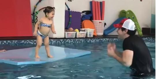 """เก่งจัง """"น้องพลอยเจ"""" เรียนว่ายน้ำสนุกมากไม่กลัวเลย (คลิป)"""