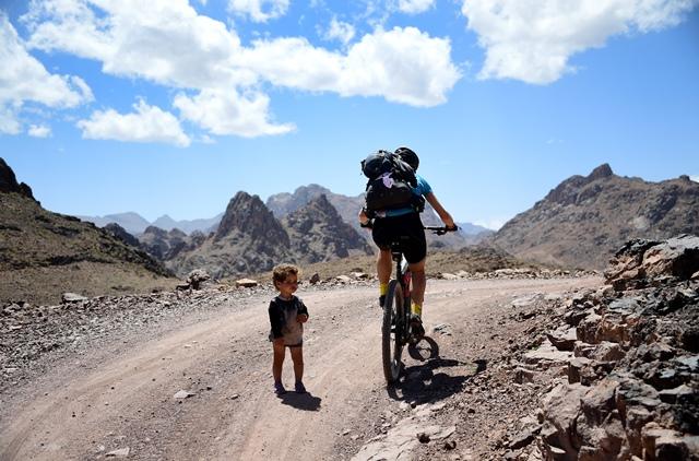 นักปั่นจักรยานปั่นผ่านเด็กน้อยคนหนึ่งในช่วงระยะที่ 2 จากทั้งหมด 13 ระยะของการแข่งขัน Titan Desert 2018 ระหว่างเมือง Boulmane Dades และเมือง Alnif (30 เม.ษ.)