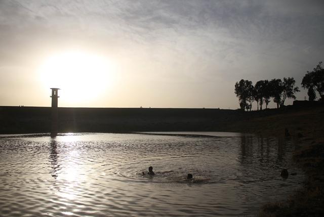เด็กชาวซีเรียว่ายน้ำในเขื่อนของเมืองดาราหลังจากฝนตกหนักเมื่อวันที่ 2 พฤษภาคม ปี 2018