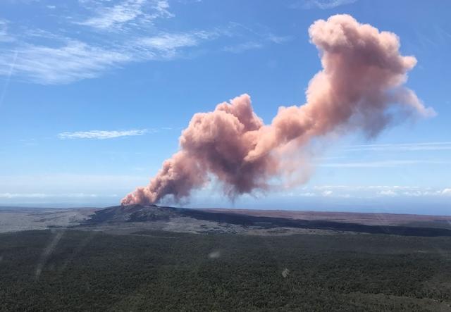 ภาพจากสำนักสำรวจธรณีวิทยาสหรัฐฯ เผยให้เห็นกลุ่มควันลอยขึ้นเหนือภูเขาไฟคิลาเวบนเกาะบิกของฮาวาย (3 พ.ค.)