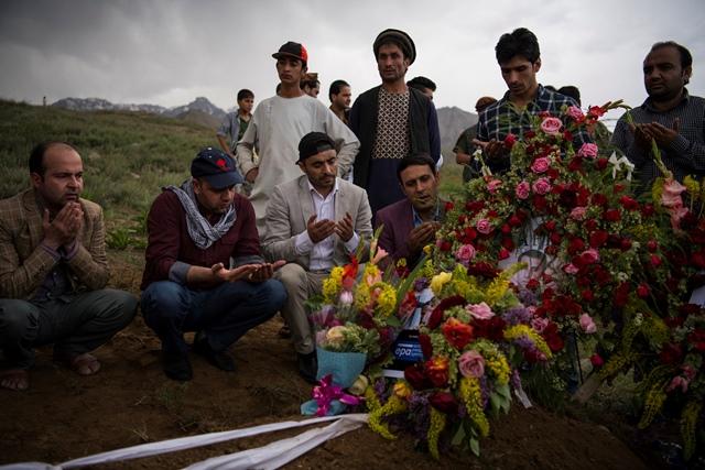 เพื่อนๆ และญาติของ ชาห์ มาไร ไฟซี หัวหน้าช่างภาพประจำอัฟกานิสถานของสำนักข่าวเอเอฟพีรวมตัวที่หลุมศพของเขาในเขตกุลดาราของกรุงคาบูล (30 เม.ษ.) หลังจากการเสียชีวิตของเขาในเหตุระเบิดครั้งที่สองที่เกิดขึ้นในเมืองหลวงอัฟกัน