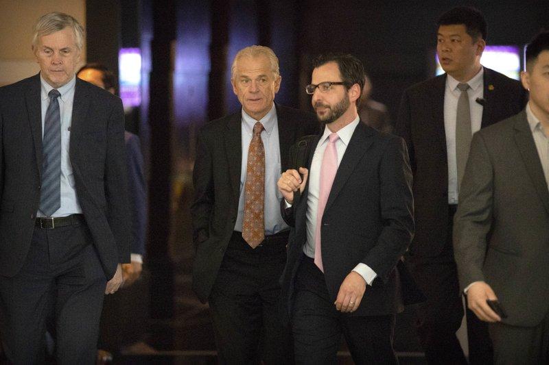 ปีเตอร์ นาวาร์โร ที่ปรึกษาด้านการค้าของทำเนียบขาว (คนที่ 2 จากซ้าย) กำลังเดินออกจากโรงแรมที่พักในปักกิ่ง เพื่อไปเจรจาทางการค้ากับเจ้าหน้าที่ของทางการจีน