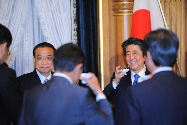 <i>นายกรัฐมนตรีหลี่ เค่อเฉียง ของจีน (ที่2 จากซ้าย) และนายกรัฐมนตรีชินโซ อาเบะ ของญี่ปุ่น (ที่2 จากขวา) ดื่มอวยพรกัน ระหว่างการเลี้ยงอาหารค่ำที่อาเบะเป็นเจ้าภาพ ณ ทำเนียบนายกรัฐมนตรีในกรุงโตเกียวเมื่อวันพุธ (9 พ.ค.) </i>