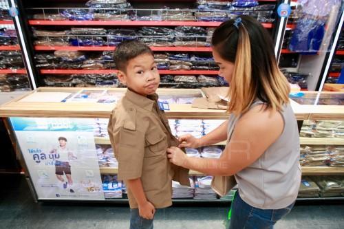 ผู้ปกครองพาบุตรหลานซื้อชุดนักเรียนต้อนรับเปิดเทอม