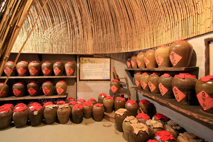 ชมห้องเก็บเหล้าแบบดั้งเดิมที่ Cangjiu Winery