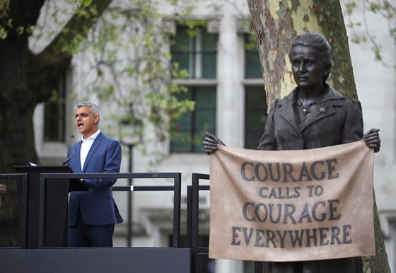 "In Clip : นายกฯ กรุงลอนดอนโวย  ""ค่าธรรมเนียมขอสัญชาติสูกว่า 1,000 ปอนด์"" ทำเด็กอพยพเกิดอังกฤษ ตกที่นั่งลำบาก"