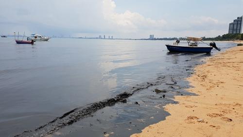 วิกฤต! หาดบางเสร่ดำปี๋กลิ่นเน่าคลุ้ง น้ำเสียจากบ่อพักทะลักลงทะเล หลังฝนตกหนักต่อเนื่อง