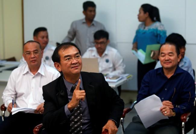 โฆษกคณะกรรมการการเลือกตั้งแห่งชาติกัมพูชา (NEC) ร่วมแถลงข่าวในกรุงพนมเปญ วันที่ 14 พ.ค. -- Reuters/Samrang Pring.