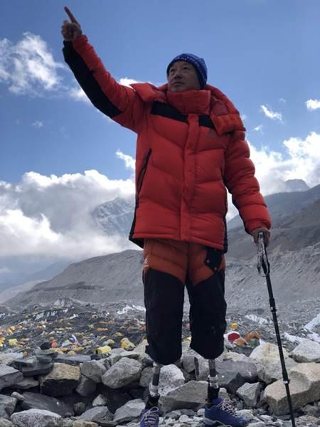 ซย่า ปั๋วอี๋ว์ วัย 69 ปี พิชิตยอดเขาเอเวอเรสต์ในความพยายามครั้งที่ห้า ณ เช้าวันที่ 14 พ.ค. และกลายเป็นผู้พิการไร้ขาสองข้างคนแรกที่พิชิตยอดเขาที่สูงที่สุดในโลกโดยปีนจากจากฝั่งเนปาล (ภาพ พีเพิล เดลี)