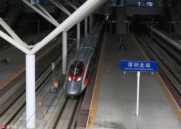 รถไฟความเร็วสูงกำลังแล่นไปบนเอ็กซ์เพรสเรลลิงก์ กว่างโจว-เซินเจิ้น-ฮ่องกง หลังจากที่ออกจากสถานีรถไฟทิศเหนือเมืองเซินเจิ้นในนครเซินเจิ้น ของมณฑลกว่างตุ้ง เมื่อวันที่ 11 พ.ค. (ภาพ IC)