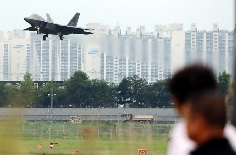 เครื่องบันขับไล่ F-22 แร็ปเตอร์ ของกองทัพอากาศสหรัฐฯ ทะยานขึ้นสู่ท้องฟ้าจากฐานทัพอากาศในเมืองกวางจูของเกาหลีใต้ วันนี้ (16 พ.ค.)