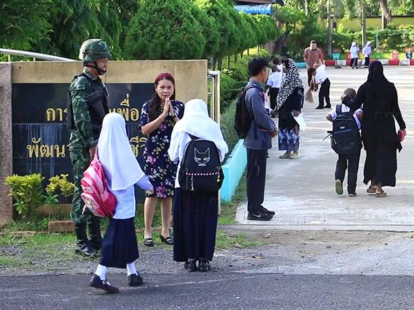 โรงเรียนในยะลาเริ่มเปิดเรียนวันแรกคึกคัก ท่ามกลางการรักษาความปลอดภัยเข้ม