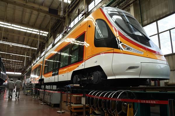 รถราง(tram) ที่จะออกบริการผู้โดยสารในเส้นทางที่ราบสูงชิงไห่-ทิเบต สำเร็จออกจากแท่นในเมืองชิงเต่าเมื่อวันที่ 10 พ.ค.2018 (ภาพ ซินหวา)