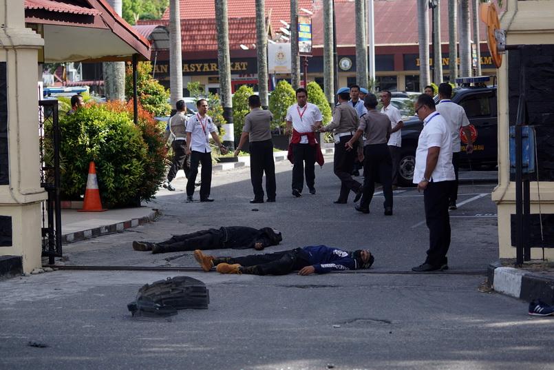 ร่างของ 2 คนร้ายที่ถูกตำรวจวิสามัญฯ หลังร่วมกับพวกร่วม 5 คนก่อเหตุโจมตีสถานีตำรวจในเมืองเปอกันบารู จังหวัดเรียวของอินโดนีเซีย วันนี้ (16 พ.ค.)