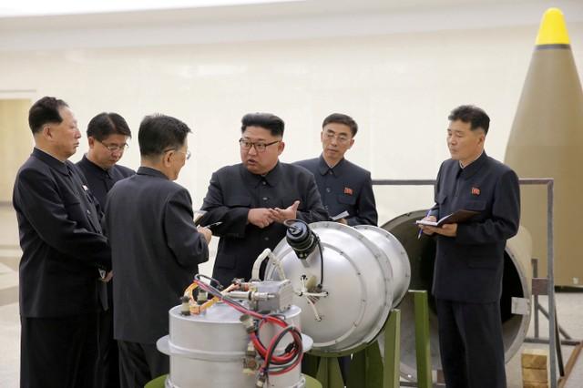 คิม จองอึน ผู้นำเกาหลีเหนือ รับฟังข้อมุลเกี่ยวกับโครงการขีปนาวุธและนิวเคลียร์จากเจ้าหน้าที่เกาหลีเหนือ