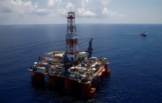 ภาพมุมสูงเผยให้เห็นแท่นขุดเจาะแบบทุ่นลอยน้ำ Hakuryu-5 ของบริษัท JDC และเรือส่งกำลังบำรุงในทะเลจีนใต้ นอกชายฝั่งเมืองหวุงเต่า. -- Reuters/Maxim Shemetov.