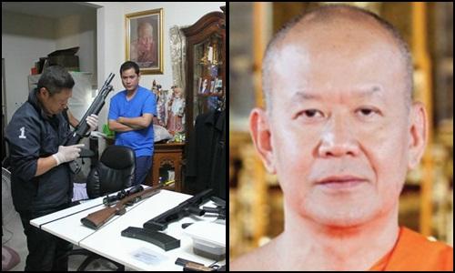 (ซ้าย) ตำรวจกองปราบฯ นำหมายค้นบ้านพัก ร.ท.ฐิติทัตน์ นิพนธ์พิทยา ทหารสังกัดศูนย์รักษาความปลอดภัย(ศรภ.) กองบัญชาการกองทัพไทย (ขวา) พระพรหมสิทธิ (ธงชัย สุขญาโณ) เจ้าอาวาสวัดสระเกศฯ