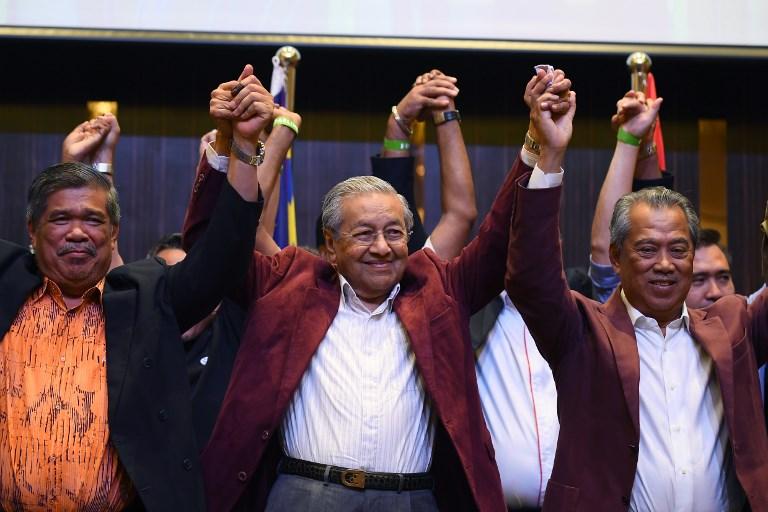 <i>มหาเธร์ โมฮาหมัด (กลาง) เฉลิมฉลองร่วมกับผู้นำคนอื่นๆ ในกลุ่มพันธมิตรปากาตัน ฮาราปัน ระหว่างการแถลงข่าวเมื่อตอนเช้าตรู่วันที่ 10 พ.ค. ภายหลังทราบผลว่าพวกเขาชนะการเลือกตั้ง  ทั้งนี้คนหนุ่มสาวชาวมาเลเซียจำนวนมากบอกว่าทำใจยากอยู่เหมือนกันกว่าจะตัดสินใจหย่อนบัตรเลือกมหาเธร์ </i>