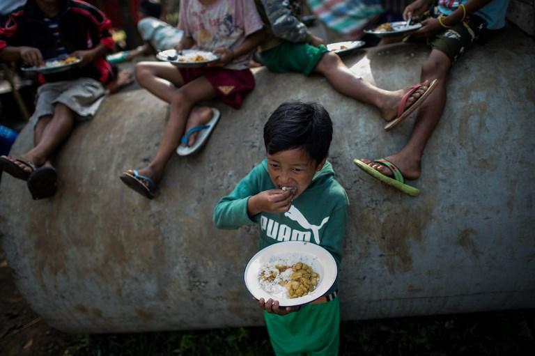 อนาคตประชากรในประเทศที่บริโภคข้าวเป็นหลัก โดยเฉพาะประเทศที่ยากยิ่งอาจจะเผชิญภาวะขาดสารอาหาร โดยนักวิจัยพบว่าข้าวผลิตโปรตีนและวิตามินได้น้อยโลกเมื่อมีปริมาณคาร์ไดออกไซด์เพิ่มสูงขึ้น (Ye Aung Thu / AFP)