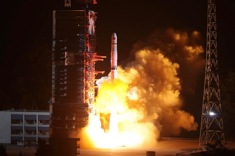 """ภาพการส่งดาวเทียมเชวี่ยเฉียว (Queqiao) ที่มีความหมายว่า สะพานนกกางเขน หรือ """"ฉังเอ๋อ-4"""" ของจีน เมื่อวันที่ 21 พ.ค.2018 ที่ผ่านมา (AFP)"""
