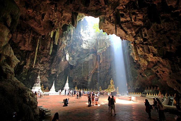 ถ้ำเขาหลวง คูหา 3 ในช่วงเช้าจะมีแสงอาทิตย์สาดส่องลงมา เป็นเอกลักษณ์ของถ้ำแห่งนี้