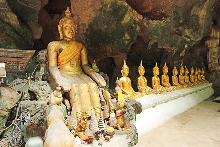 พระพุทธรูปปางป่าเลไลยก์(องค์ซ้ายสุด)กับกลุ่มพระพุทธรูปในคูหาที่ 3