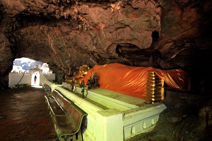 พระพุทธไสยาสน์ในคูหา 3 ระหว่างทางเดินสู่คูหาที่ 4