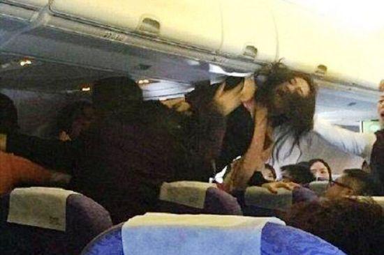 เหตุการณ์ทะเลาะวิวาทบนเครื่องบินของสายการบินไชน่า แอร์ไลน์ ที่บินจากนครฉงชิ่งไปยังฮ่องกง เมื่อปี 2014 เนื่อง จากผู้โดยสารจีนรำคาญเสียงทารกร้องไห้ (ภาพ สื่อจีน)
