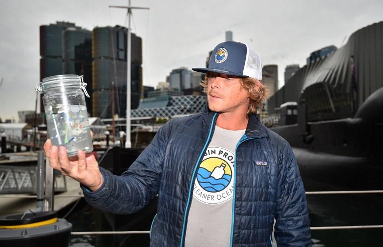 """พีท เซกลินสกี ผู้บริหารระดับสูงและผู้ร่วมก่อตั้งโครงการซีบิน สาธิตการทำงานของถังเก็บขยะในทะเลที่เรียกว่า """"ซีบิน"""" (PETER PARKS / AFP)"""