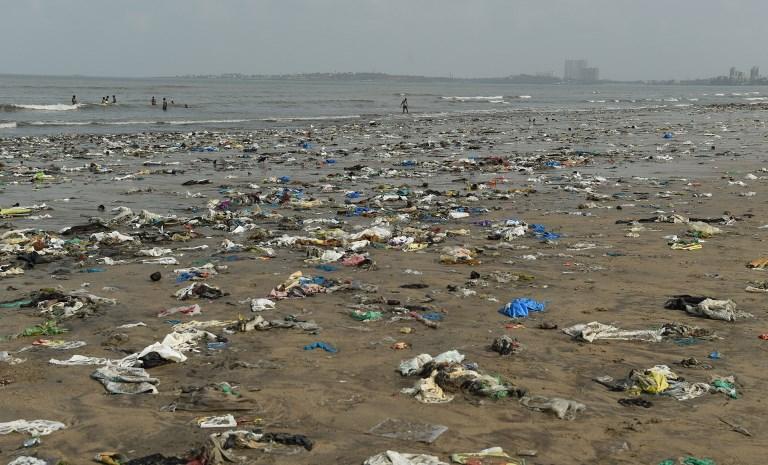 พลาสติกเกยชายหาดที่อินเดีย (PUNIT PARANJPE / AFP)