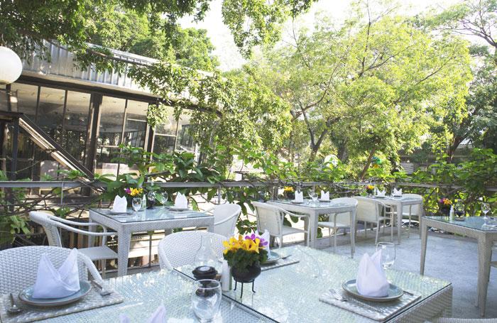 บรรยากาศโต๊ะนั่งชั้น 2 นั่งกินข้าวรับลมธรรมชาติ