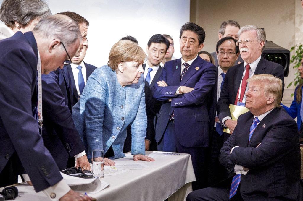 <i>ภาพที่ถ่ายโดยเจสโค เดนเซล ช่างภาพของรัฐบาลเยอรมนี และเผยแพร่โดยโฆษกของแมร์เคิล ซึ่งถูกนำไปเผยแพร่ต่ออย่างกว้างขวาง แสดงให้เห็นบรรยากาศความไม่เป็นมิตรระหว่างนายกรัฐมนตรีอังเกลา แมร์เคิล ของเยอรมนี กับประธานาธิบดีโดนัลด์ ทรัมป์ ของสหรัฐฯ อย่างชัดเจน </i>