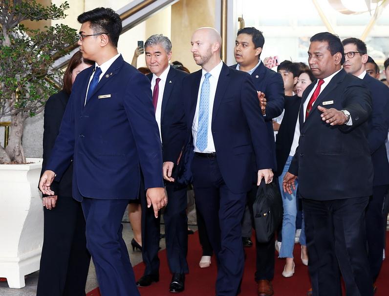 ซุง คิม หัวหน้าคณะผู้แทนเจรจาของสหรัฐฯ เดินออกจากอาคารหลังเสร็จสิ้นการประชุมกับเจ้าหน้าที่เกาหลีเหนือที่สิงคโปร์ วันนี้ (11 มิ.ย.)
