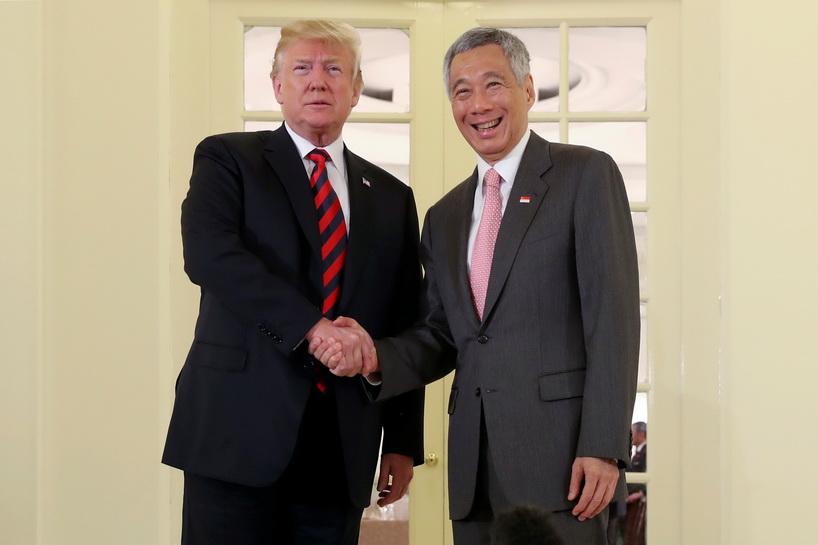 ประธานาธิบดี โดนัลด์ ทรัมป์ แห่งสหรัฐฯ และนายกรัฐมนตรี ลี เซียนลุง แห่งสิงคโปร์ จับมือทักทายกันที่ทำเนียบประธานาธิบดีอิสตานาในสิงคโปร์ วันนี้ (11 มิ.ย.)