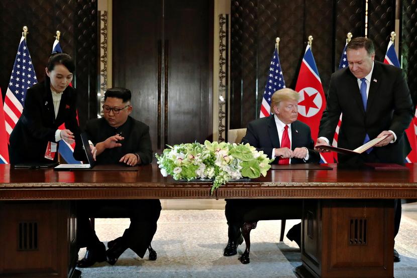 ประธานาธิบดี โดนัลด์ ทรัมป์ แห่งสหรัฐฯ และผู้นำ คิม จองอึน แห่งเกาหลีเหนือ ลงนามในเอกสารความตกลงร่วมซึ่งระบุถึงความคืบหน้าในการเจรจา และต่างให้คำมั่นสัญญาว่าจะร่วมกันผลักดันกระบวนการสันติภาพให้ดำเนินต่อไป หลังเสร็จสิ้นการประชุมซัมมิตที่โรงแรมคาเปลลาบนเกาะเซนโตซาของสิงคโปร์ วันนี้ (12 มิ.ย.)