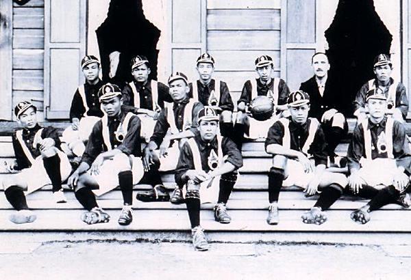 คณะฟุตบอลสำหรับชาติสยามในชุดติดตรามหามงกุฏ