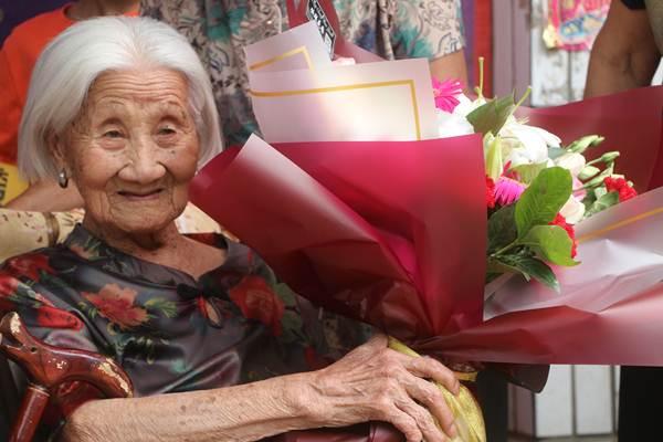 หลี่ ซิ่วจือ ในงานฉลองวันคล้ายวันเกิด 102 ปี หมู่บ้านหนันหัน อำเภอก่วงผิง เมืองหันตัน มณฑลเหอเป่ย เมื่อวันที่ 10 มิ.ย. 2018 (ภาพ ซินหวา)