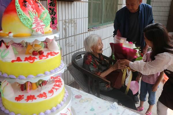 ญาติๆมาอวยพรวันเกิดหลี่ ซิ่วจือ ในงานฉลองวันคล้ายวันเกิด 102 ปี เมื่อวันที่ 10 มิ.ย. 2018 (ภาพ ซินหวา)