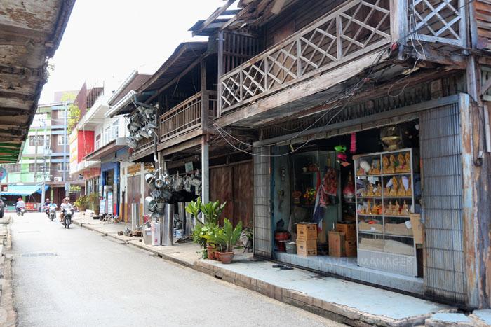 เรือนแถวไม้เก่าแก่ที่ยังเปิดเป็นร้านขายของ