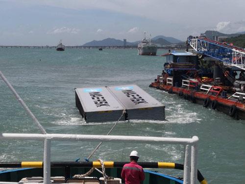 เร่งกู้ 72 ตู้สินค้าจมทะเล เตรียมนำบูมล้อมป้องกันน้ำมันดีเซลกว่า 5 พันลิตรในเรือรั่วไหล(ชมคลิป)