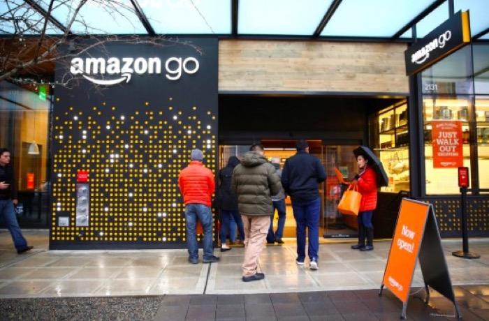 เทคโนโลยีที่ใช้ใน Amazon Go จะเน้นให้ลูกค้าสแกนสมาร์ทโฟนของตัวเอง เมื่อลูกค้าออกจากร้าน Amazon ก็จะเรียกเก็บเงินจากบัตรเครดิตของลูกค้าทุกคนโดยอัตโนมัติ