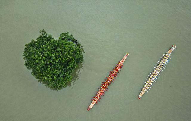 การแข่งขันเรือมังกรในเมืองเวินโจว มณฑลเจ้อเจียง (ภาพซินหวา สื่อทางการจีน)