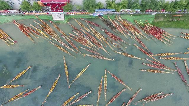 การแข่งขันเรือมังกรในเมืองหย่งโจว มณฑลหูหนัน (ภาพซินหวา สื่อทางการจีน)