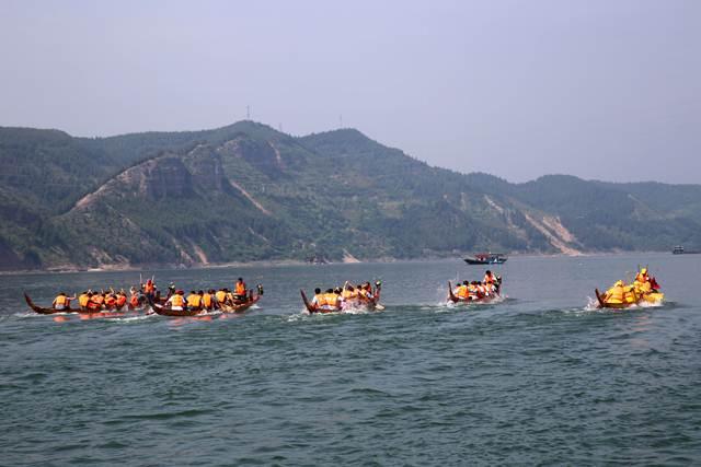 การแข่งขันเรือมังกรในเมืองซื่อเยี่ยน มณฑลหูเป่ย (ภาพซินหวา สื่อทางการจีน)
